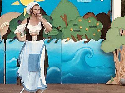 החלילן מהמלין אישה עם סינור על רקע ים
