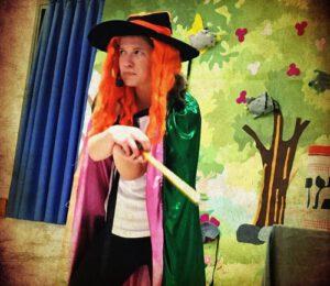 מכשפה מההצגה המחבוא הסודי של תיאטרון חוצפה קטנה