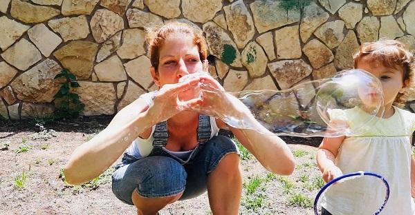 מפעילה מפריחה בועות סבון ביום הולדת