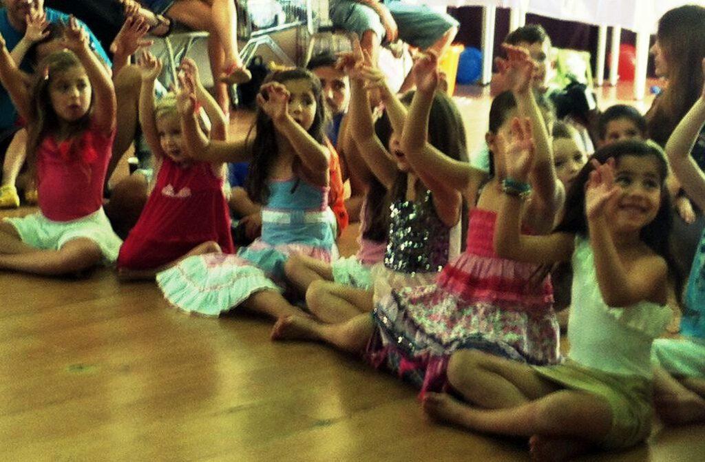 ילדים נהנים בהפעלת יום הולדת של תיאטרון חוצפה קטנה